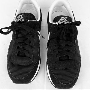 NIKE AIR Retro Style Athletic Shoe